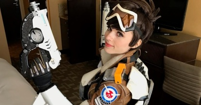 amouranth-tracer-cosplay-1